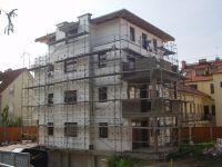 Zateplení fasády činžovní vily s dekorativními šambránhami kolem oken v ulici Před Skalkami, Praha