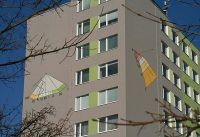Sluneční hodiny na fasádě panelového domu Bronzová, Praha 5